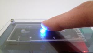 透明なフィルムをタッチスイッチのセンサ部として利用する事が出来ます。