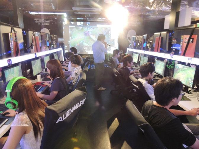 会場には大型スクリーンや配信ブースが常設されています。 大型スクリーンで試合の様子をご覧いただいたり、 配信ブースで行われている生放送を通じて、 プレイヤーも観戦者も楽しんでいただけます。