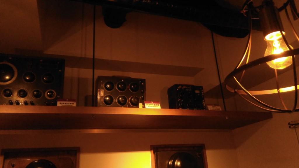 店内各所にはヴィンテージ計測器が展示されています。